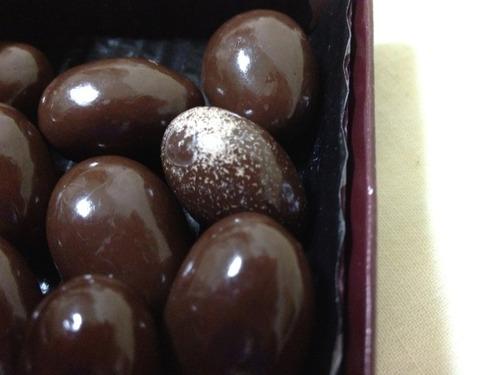 アーモンドチョコレート買ったら変なの入ってたwwww