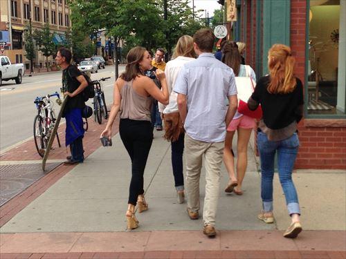 ボルダーを歩くコロラド大学生ら_R