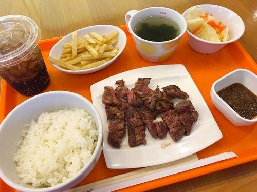 【悲報】吉野家の新メニュー、ビーフステーキセット(950円)がどう見ても学校給食