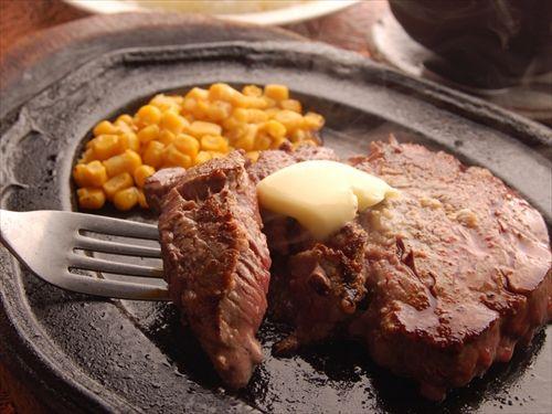 ステーキを食べる時って、どうやってフォークとナイフでライスを食べればいいの?