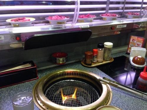 【画像・動画あり】レール上に肉が流れる「回転焼き肉」が話題に