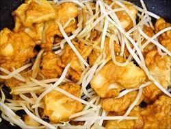 スルメイカに唐揚げ粉をまぶして炒めたのが美味い美味いの大歓声で大人気