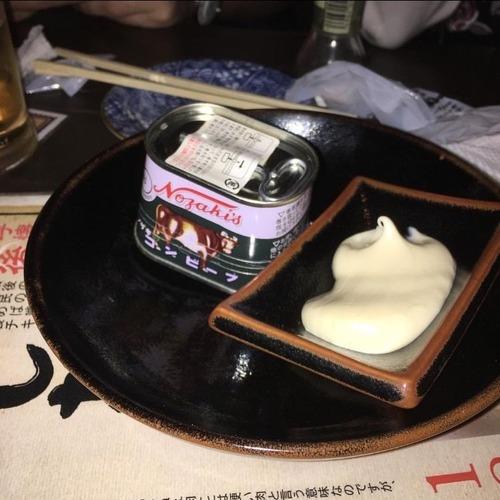 外国人「日本の居酒屋でコーンビーフを注文したら缶のまま出してきやがった」