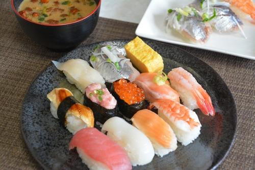 寿司「スシってのは白身、赤身、脂の多いものって順に食っていくもんさ」ワイ「なるほどねぇ」