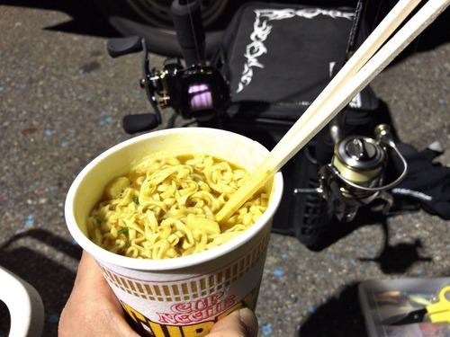 釣りしながら食うカップ麺うまいよなぁ!?