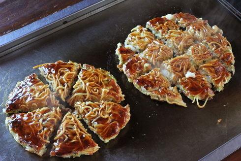 お好み焼きは「ピザ切り」か「格子切り」か?【都道府県別投票】