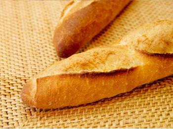 フランスパンみたいな固いパンを好んで食うやつってなに考えてんだ?
