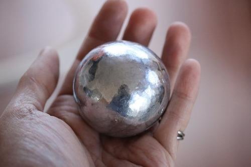 【画像】アルミホイルひたすら丸めたら表面ツルツル、デーモンコアみたいな大きな球になっちゃった。