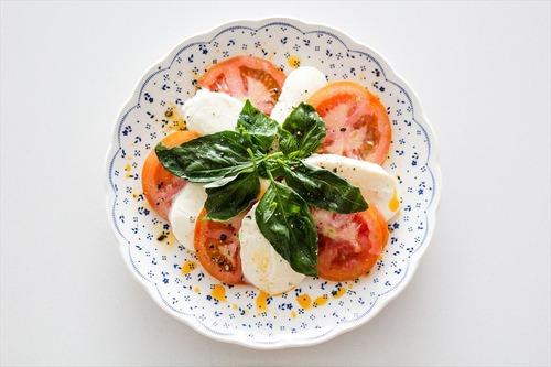 イタリア人「イタリアの国旗にちなんでトマトとバジルとモッツァレラチーズ使ったろ」