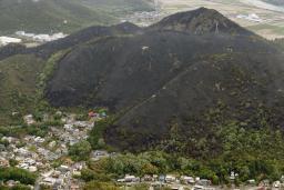 バーベキューで使った炭を裏山に捨てたら山がまるごと焼けたよ(´・ω・`)