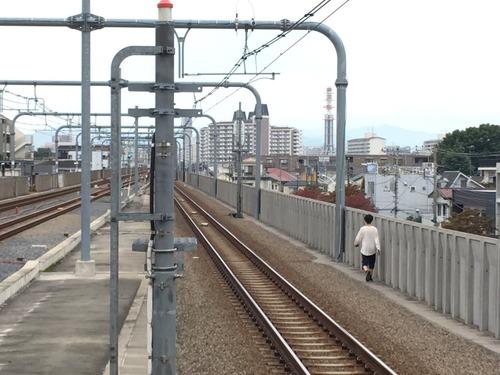 酒酔い大学生、線路上を歩き朝の中央線とめる 30分間運転見合わせ