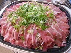 ホットプレートで豚バラ肉とモヤシの蒸しシャブ。ポン酢で頂きます。