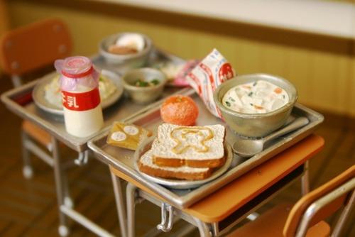 小学校の給食の時、よく班と向いあって一緒に食べてたよな