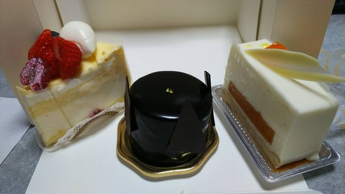 ワイ、ケーキ屋さんでケーキを買う