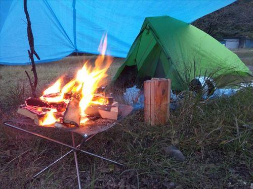 「1人でソロキャンプ」って楽しいの?深夜の山奥に1人で寝て、朝になったらテント片付けて帰るんだろ?