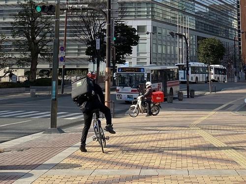 ウーバーイーツ配達員だけど自動車って「自転車は車道走るもの」という認識持ってなくて困る