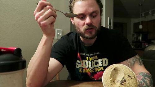 100日間アイスクリームだけで生活した男性 15キロのダイエットに成功! しかも腹筋が割れてムキムキ