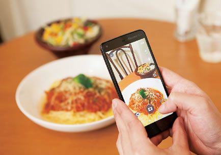 飯食うときにいちいち写真撮ってツイッターとかにアップする奴