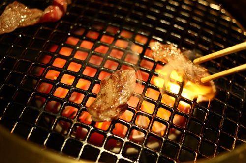 焼肉屋ワイ「おっ焼けてんじゃーん(ヒョイパク)」 友「!?俺の肉!!!」←は?w