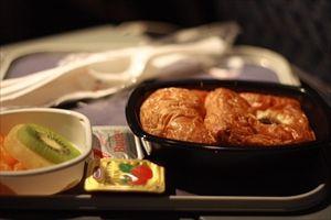 飛行機の機内食はなぜ美味しくないのか?