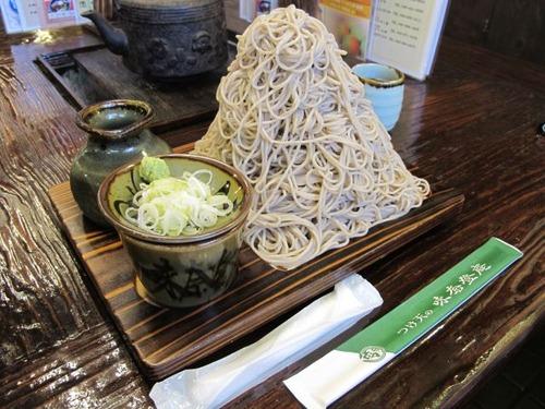 横浜・味奈登庵の「もりそば(富士山盛り)」、麺1kgでお値段500円