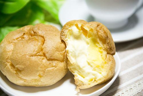 シュークリーム以上に食いづらい食べ物なくね?もはや人に食われる気ないレベル