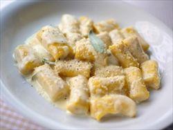 野菜のニョッキ、ホワイトソース掛け。ニョッキもソースも小麦粉があれば簡単に作れます。