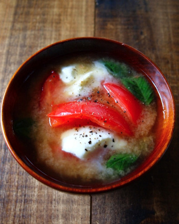 味噌汁にトマトとチーズを入れ暑い夏を乗り越えよう