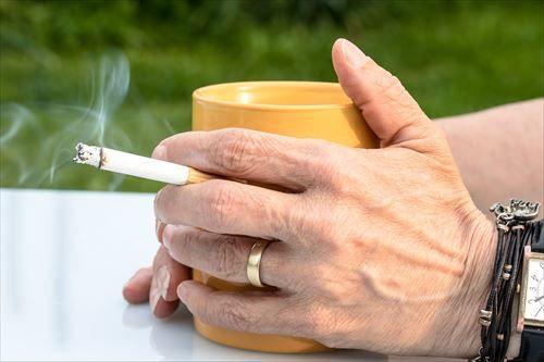 酒飲むやつってタバコ吸うやつよりバカだと思う