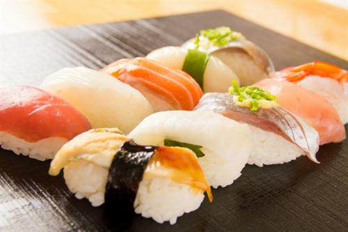 一人前の握りが2000円くらいの寿司屋行ったことある奴参考にしたいので来い