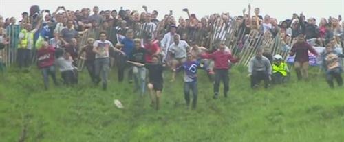 イギリスの「チーズ転がし祭り」時速100キロ以上 けが人相次ぐ 人が大車輪 今年も現役兵士のアンダーソンさんが優勝(14年連続)