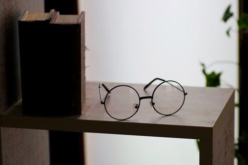 【悲報】飲食店員さん、和食屋でメガネをかけで接客しては行けない理由がわからない←炎上…