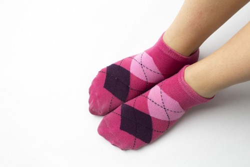 寝るときに靴下を履いていいのか悪いのか? 睡眠の専門家「おすすめできません」