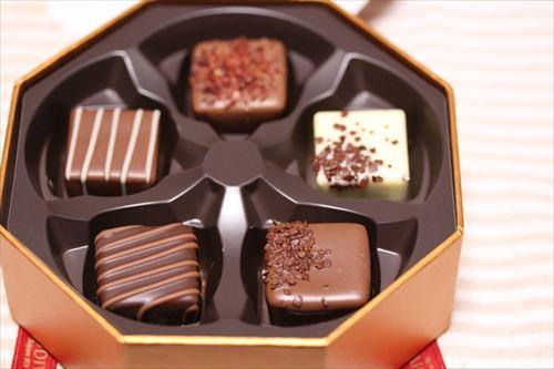 無能ワイ、職場の女の子にチョコを渡すもつき返され死亡