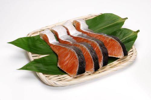 【悲報】「鮭の皮」、食べる派48%・・・。「貧乏くさい、はしたない、育ちが悪い、恥ずかしい」 うっそだろ…、むしろ皮がメインだろ