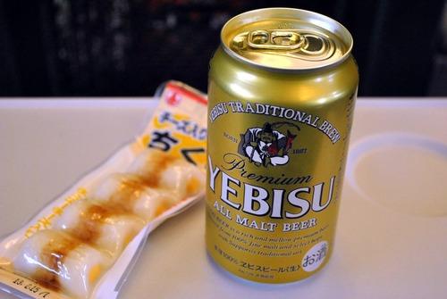 新幹線でビール飲みながら柿ピー食ってるおっさんが臭いやついる?