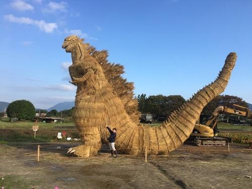 福岡の農家 「藁でゴジラ作るべ」