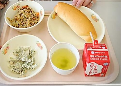 学校給食は今もあまり美味しそうではないし大人が満足する量ではないな