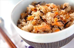 鮭の皮と骨で出汁を引いて炊いた鮭の混ぜごはん