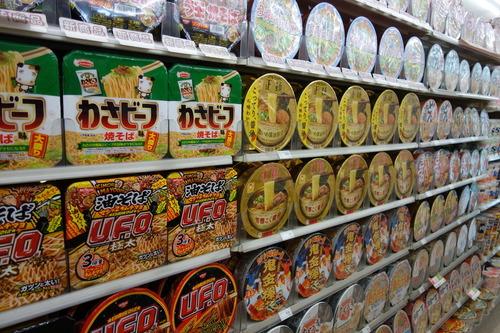 【画像】 美しすぎるコンビニ ファミリーマート長崎上大橋店 スナック菓子、カップ麺など整列