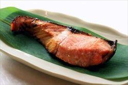 酒かすが余ったから味噌とあわせて鮭を漬け込んだ。焼いて食ったらとんでもなく美味かった。