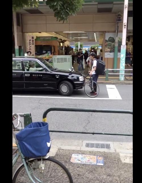 【悲報】ウーバーイーツの配達員が綾瀬駅前でタクシー運転手とトラブルになり激昂