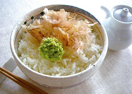 チューブの練りワサビをごはんにかけて食うと激ウマ ワサビを適量ご飯にかけ、醤油をたらして食べるだけ