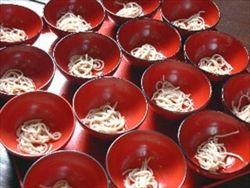 【岩手】「全日本わんこそば選手権」、全国から胃袋自慢が集合…327杯(かけそば33杯分)を食べた井本さんが初優勝
