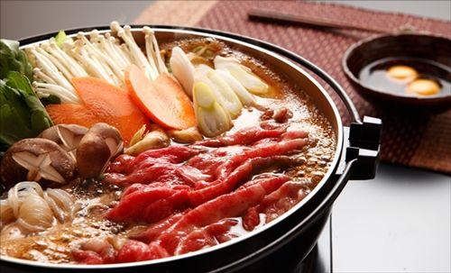 関西人の家ですき焼きやったら、いきなり砂糖と醤油で肉を焼き始めた