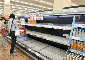 大阪北部地震「水、食料を」買い物客殺到 品切れ相次ぐ