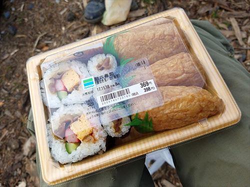 スーパーの弁当コーナーで残ってる助六寿司