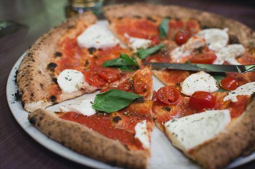 イタリア「うーんやっぱウチの伝統的なマルゲリータピッツァは最高やなぁ……ん?」