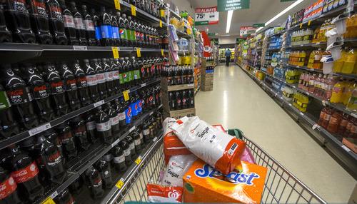 ソーダ税 「糖分多い飲料に課税を」WHO呼びかけ 日本は様子見