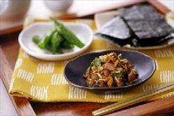 サバの水煮の缶詰に味噌を入れて練りこむ。  そこに大量の刻みネギを入れる。なめろうのような味わいで美味い。